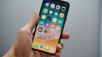 Mobilní telefon iPhone s iOS