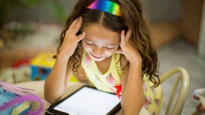 Malá dívka používající tablet