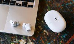 Sluchátka Beats Studio Buds v bílé barvě