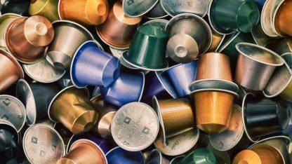 Detail hliníkových kávových kapslí