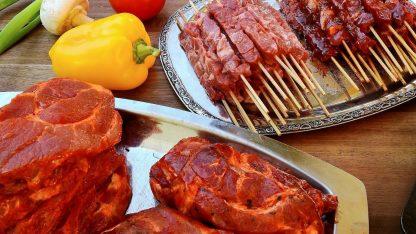 Špízy a maso připravené ke grilování na kontaktním grilu