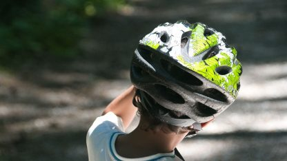 Dítě s cyklistickou přilbou