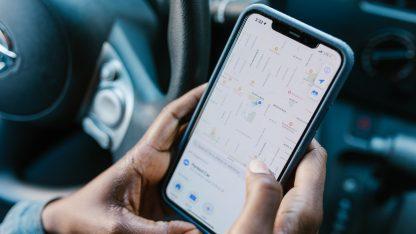 GPS navigace na telefonu iPhone v autě