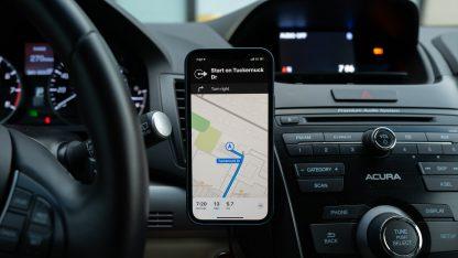 iPhone GPS navigace v autě