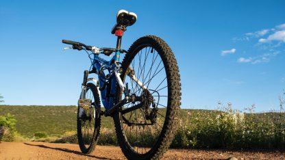 Horské kolo na nezpevněné cestě