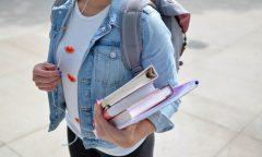 Studentka s knihami