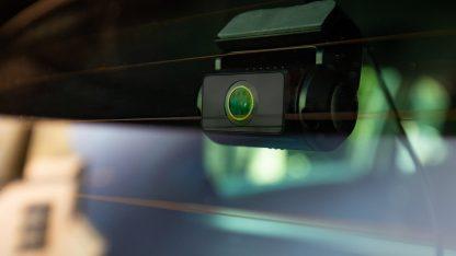 Detail na zadní kameru připevněnou na skle