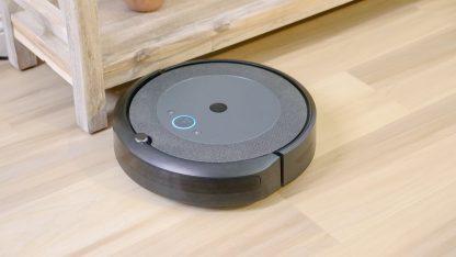 Robotický vysavač na dřevěné podlaze