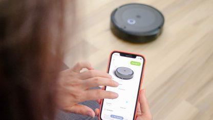 Robotický vysavač ovládaný přes aplikaci v mobilním telefonu